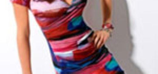 Женщина в пестром платье