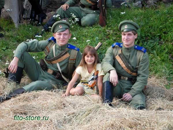 Девушка с солдатами