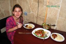Ребенок ест ужин