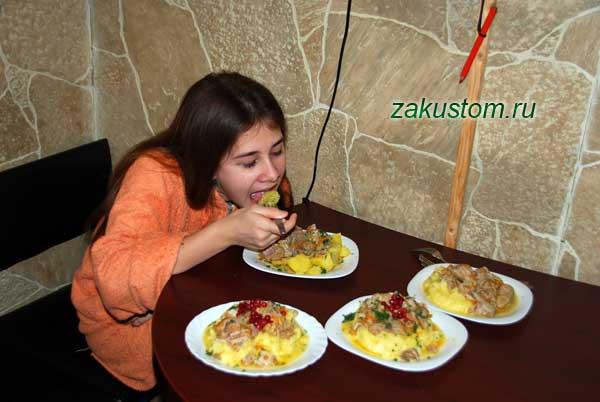Девушка ест обед